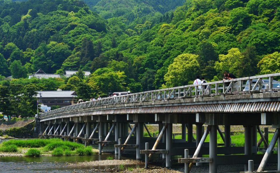 卒業旅行シーズン 紅葉時期でなくても京都屈指の景観「嵐山」