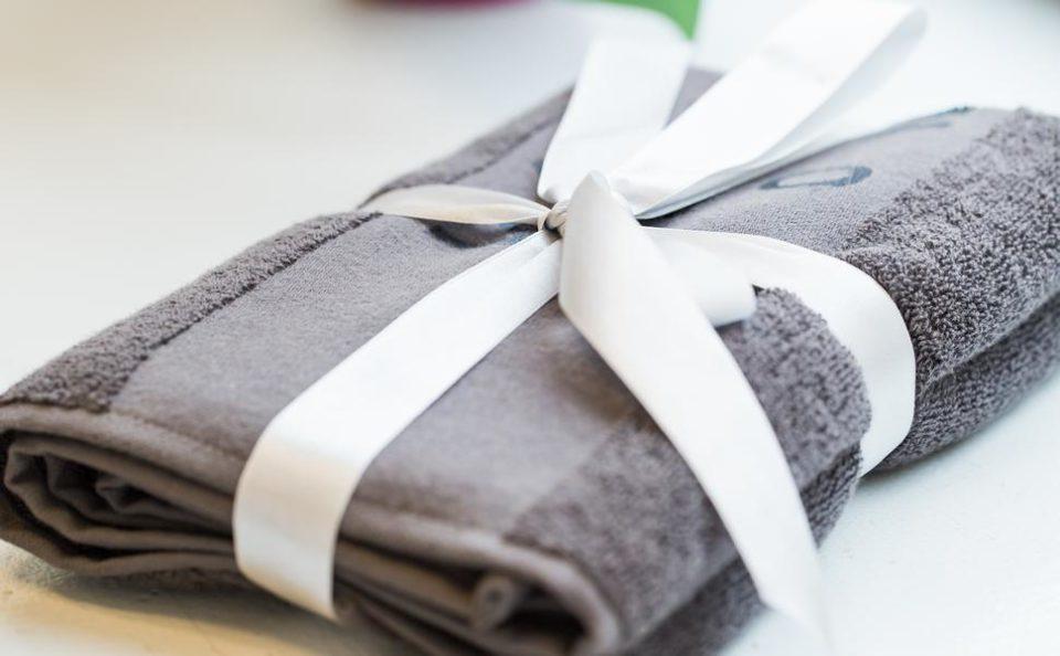 卒業する先輩に大きめのタオルをプレゼント