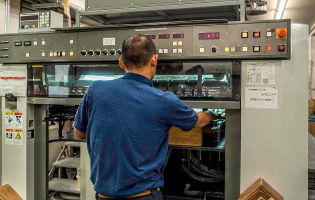 色味を確認する印刷スタッフ
